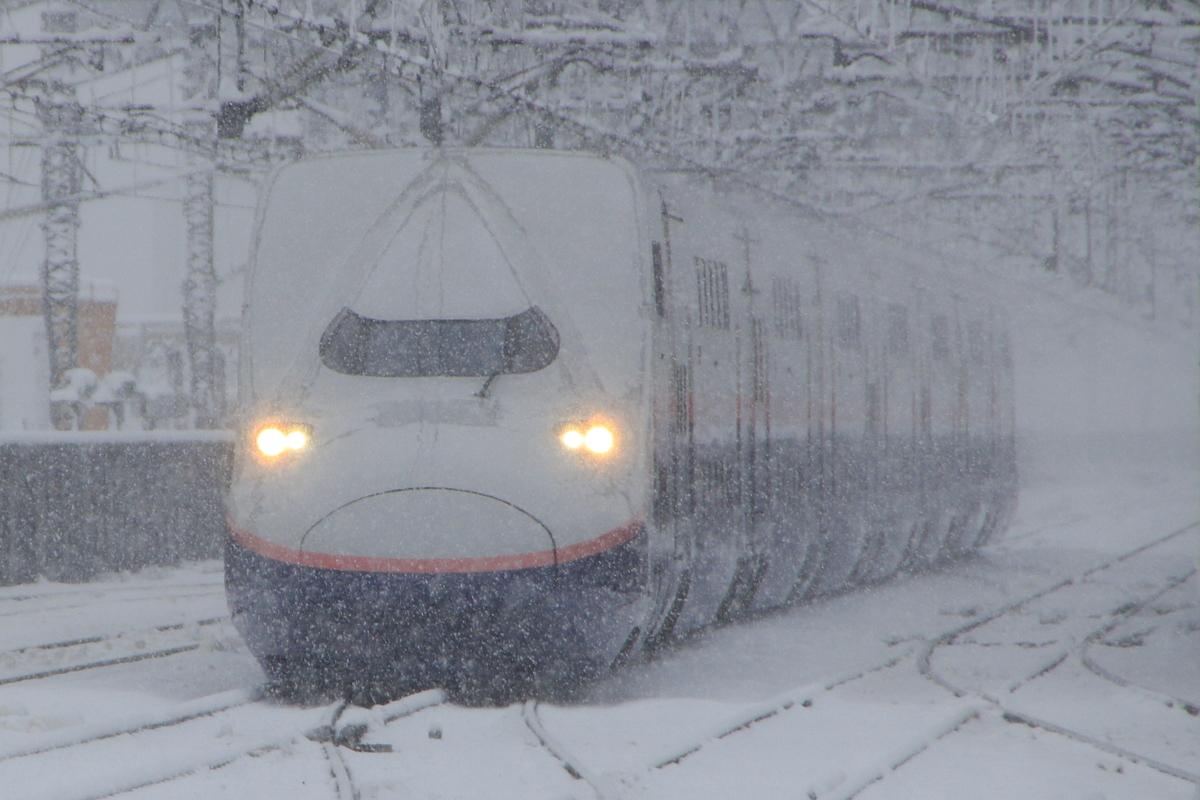雪の中を走る上越新幹線