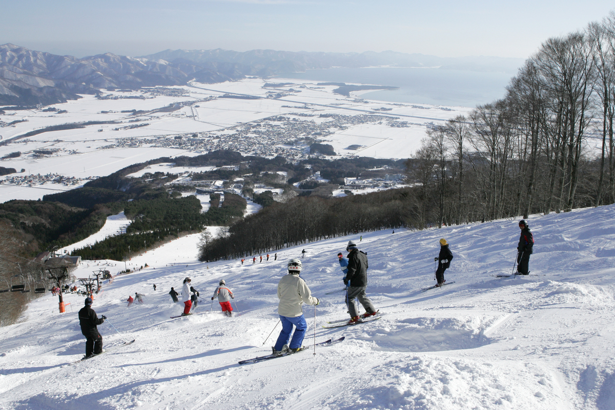 a wide range of courses on offer! ski down two slopes at inawashiro